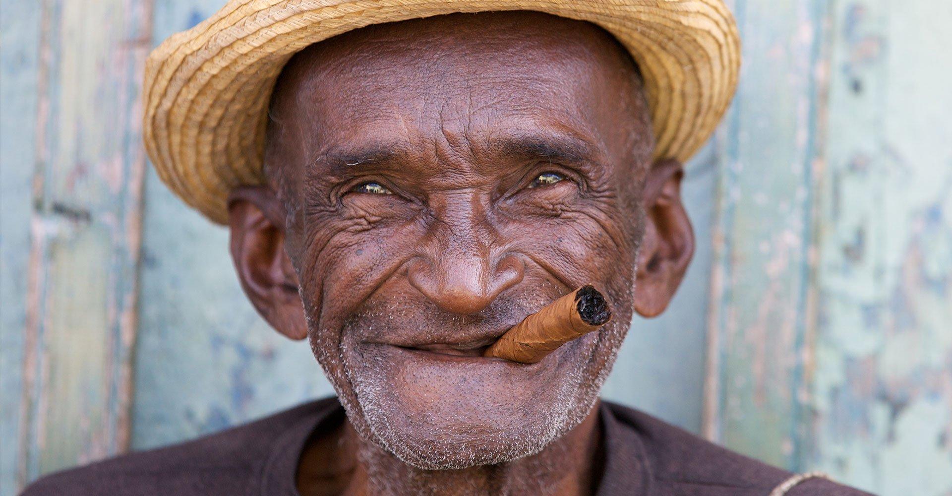 Kuba_alter Mann mit Zigarre_Cuba_Reisen
