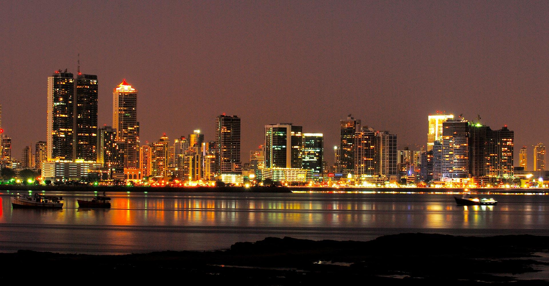 Panama_Panama City_Skyline bei Nacht_Reisen