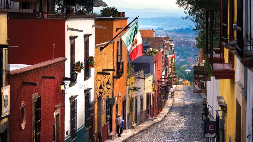 Mexiko_Mexico_San Miguel del Allende_Gasse mit bunten Haeusern_Reise