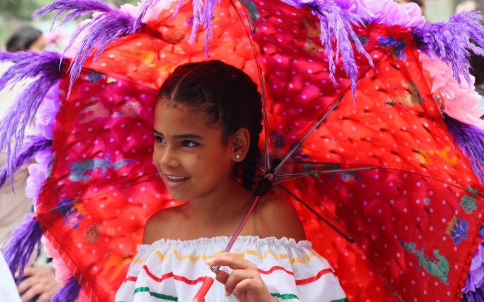 Kolumbien_Maedchen mit rotem Schirm_Reisen
