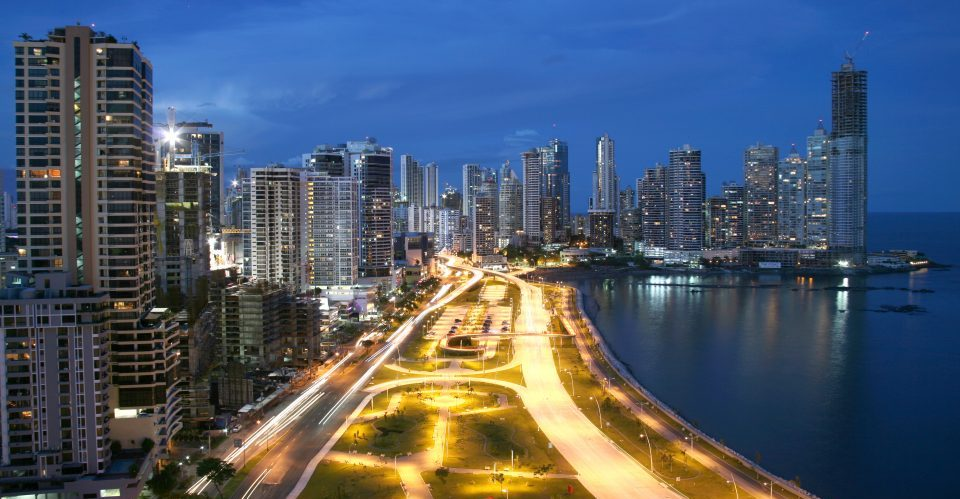 Panama_Panama City_Cinta Costera_bei Nacht_Reisen