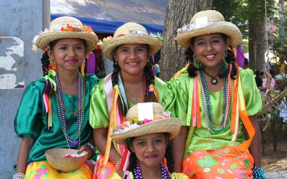 Nicaragua_Maedchen in Tracht mit Hut_Reisen