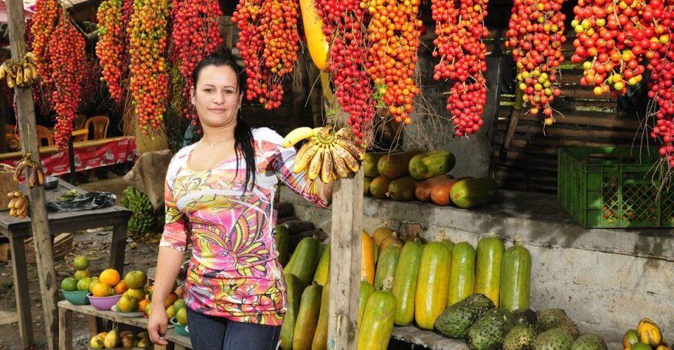 Kolumbien_Verkaeuferin Fruchtstand_Reisen