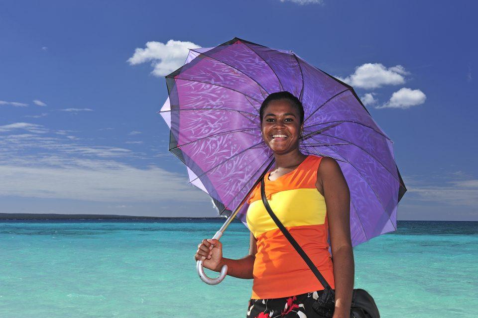 Dominikanische Republik_Frau mit Sonnenshirm_Strand_Reisen