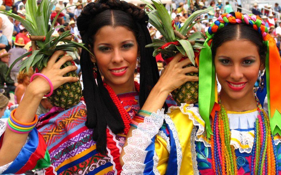 Mexiko_Mexico_Frauen in Tracht in Guelaguetza_Reisen