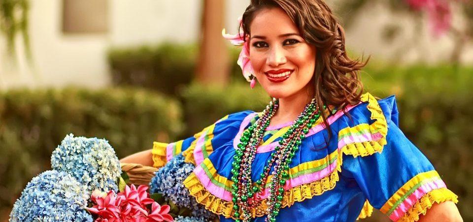 Nicaragua_Frau in festlicher traditioneller Kleidung mit Blumenkorb_Reisen