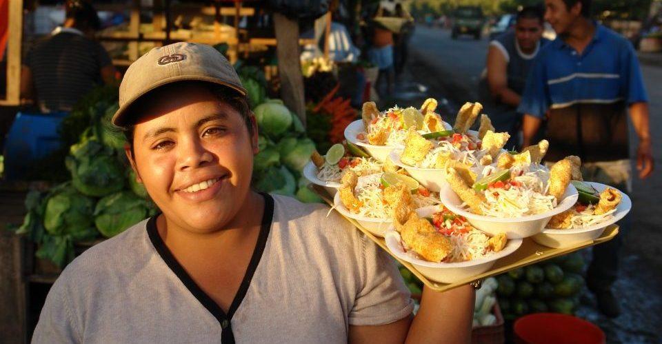 Nicaragua_Frau mit Essen_Reisen