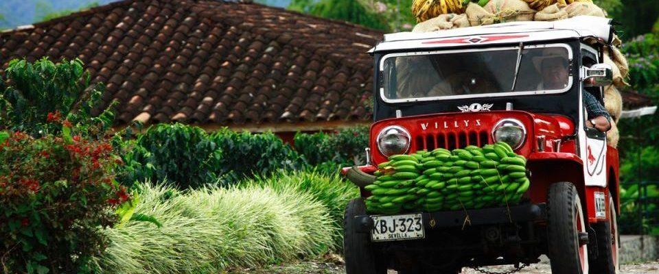 Kolumbien_Kaffeezone_mit Bananen beladenes Auto_Reisen