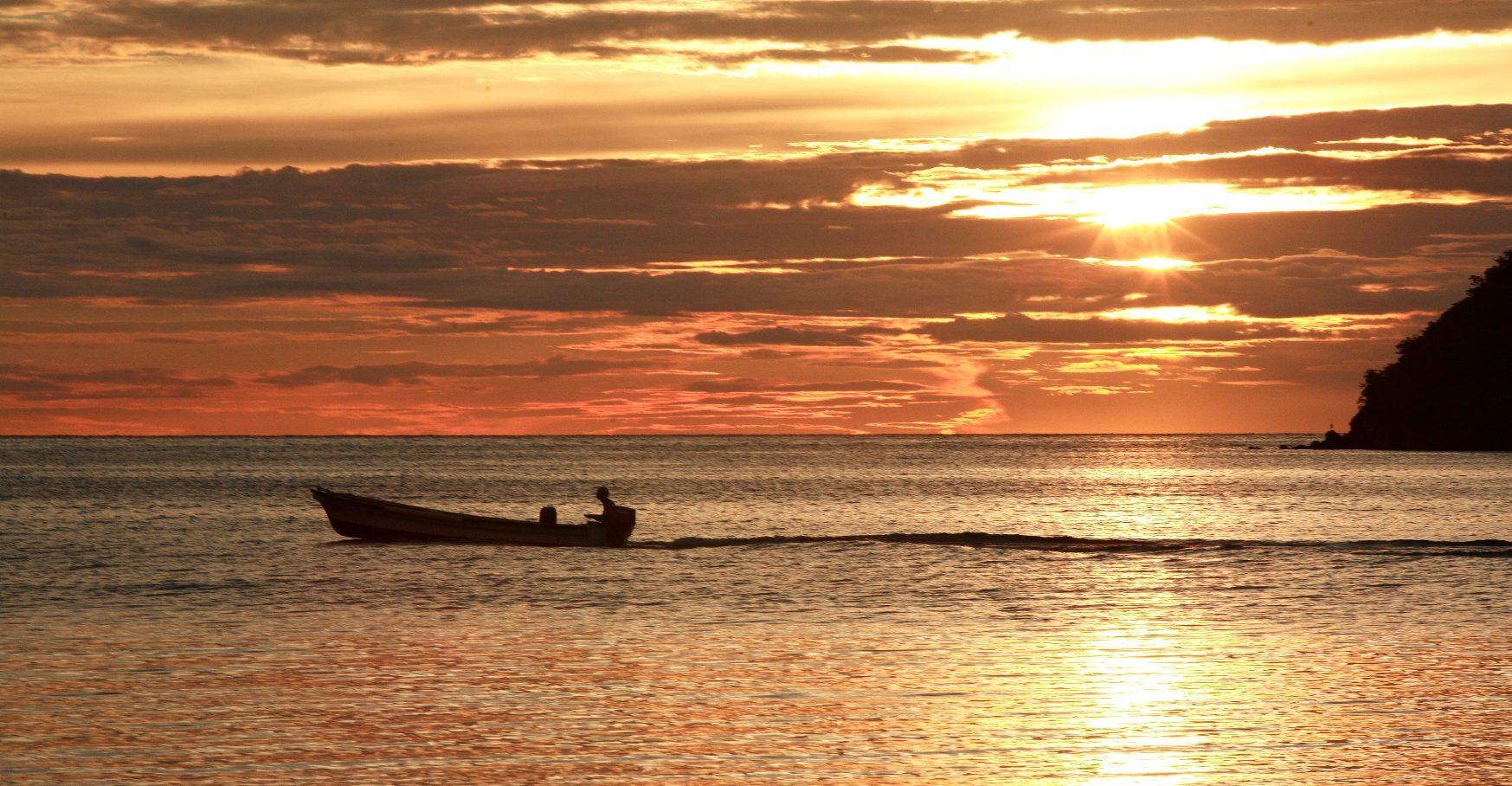 Kolumbien_Providencia_Boot im Sonnenuntergang_Reisen