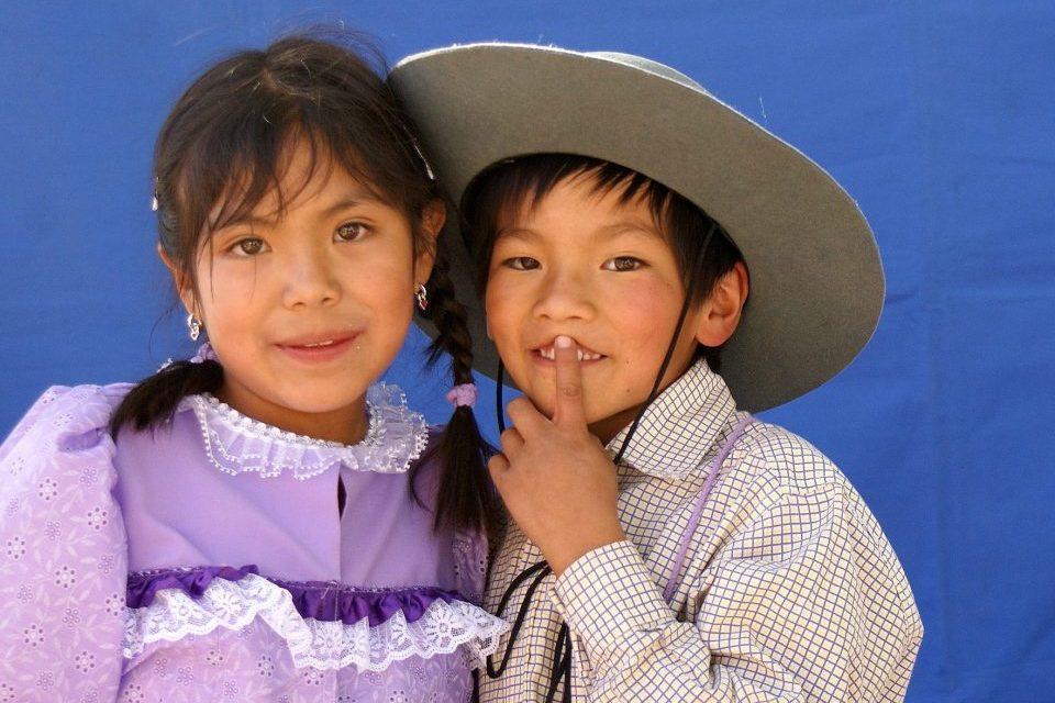 Bolivien, Junge und Mädchen in Tracht, Reisen, Latin America Tours
