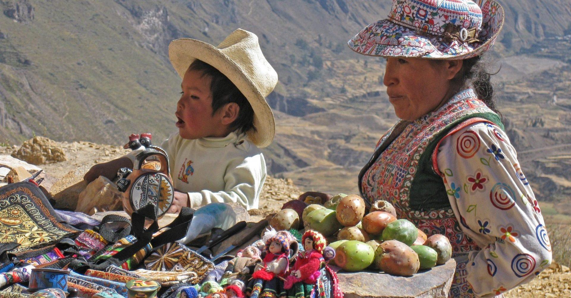 Peru, einheimische Frau und Junge mit Waren, Anden, Latin America Tours, Reisen