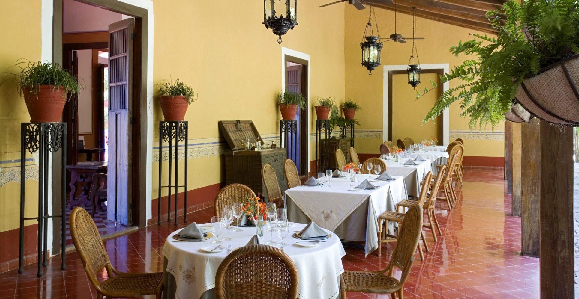 Mexiko, Hacienda Santa Rosa, Verandah mit gedeckten Tischen, Latin America Tours, Reisen