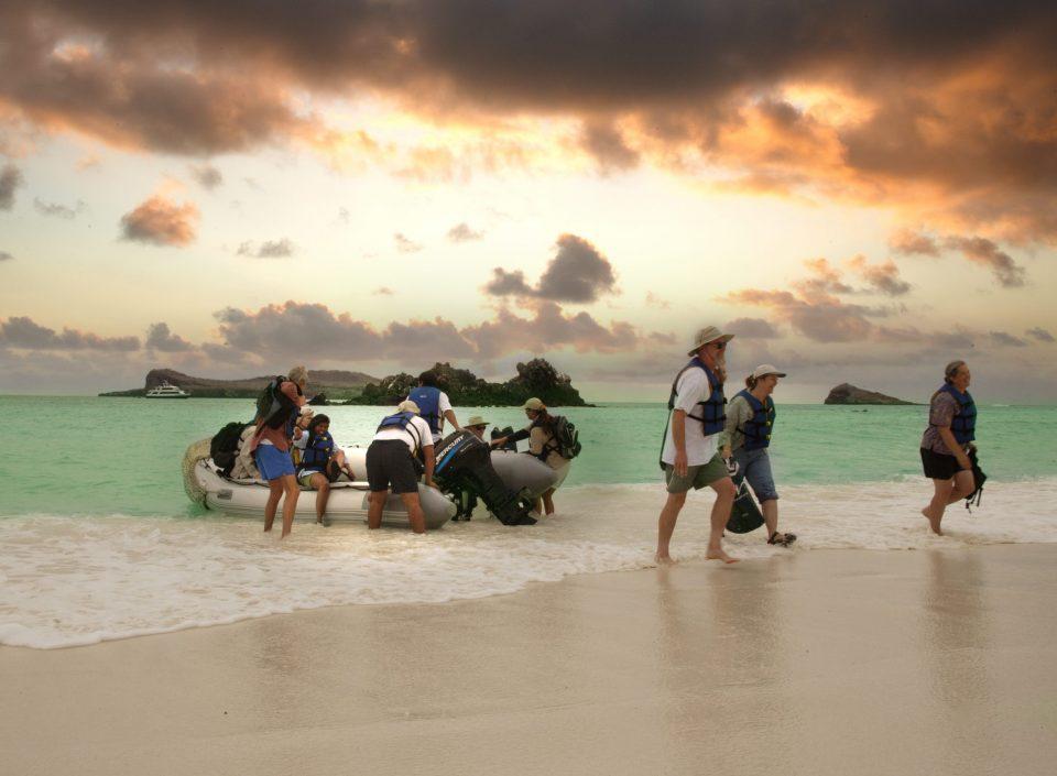 Ecuador, Galapagos, Touristen mit Zodiac-Boot, Latin America Tours, Reisen