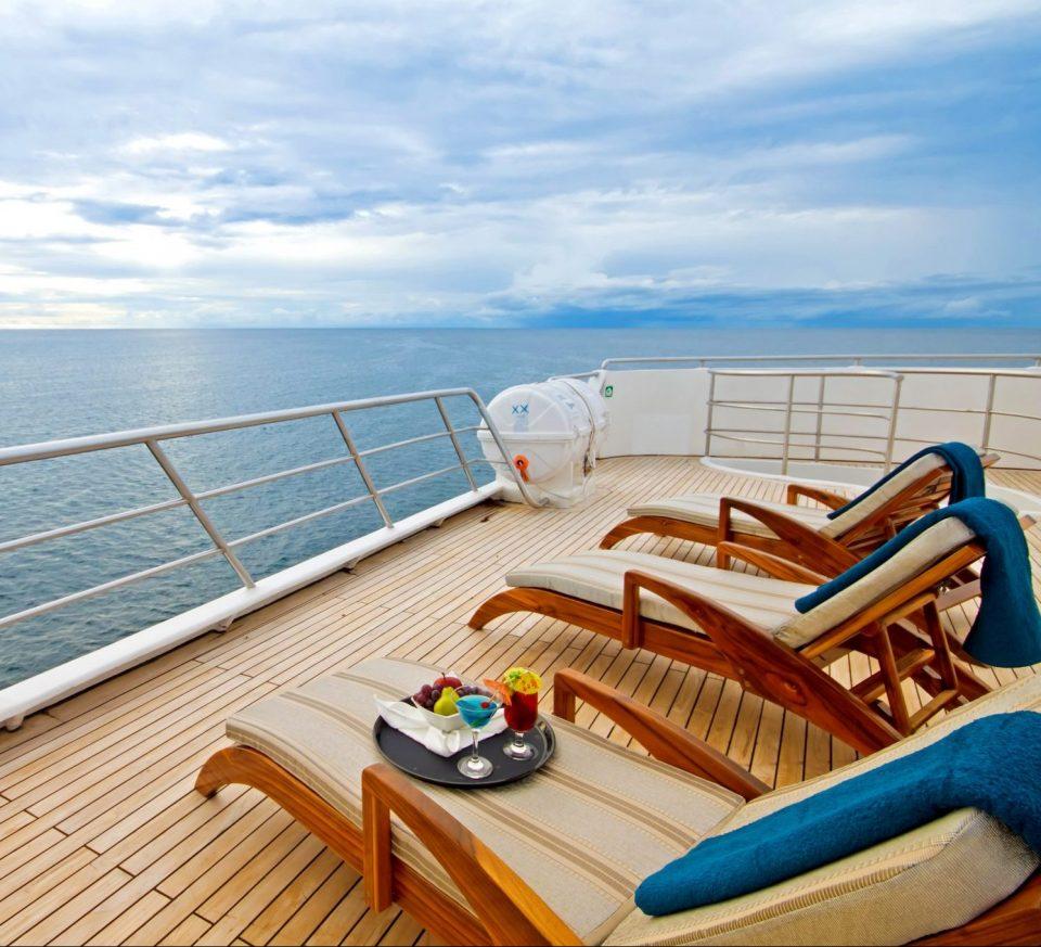 Ecuador, Galapagos, Kreuzfahrt mit Schiff Ocean Spray, Liegestühle an Deck, Latin America Tours, Reisen