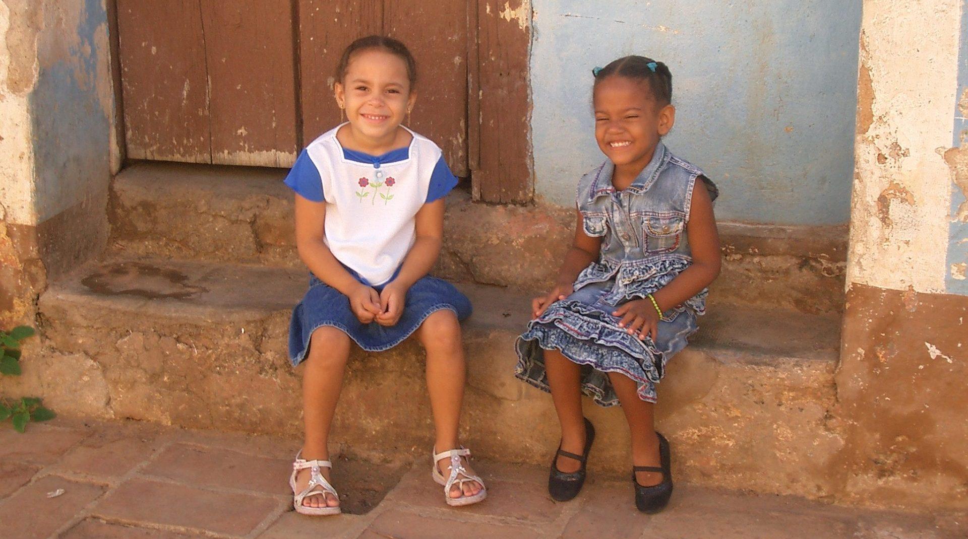Kuba, zwei Mädchen auf Treppenstufen vor dem Haus, Latin America Tours, Reisen